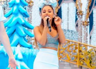 Ariana Grande con las orejitas de Minnie Mouse