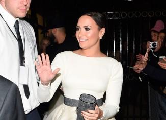 Demi Lovato con un vestido de plumas