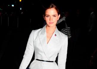 Emma Watson elegante con un vestido blanco cruzado