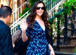 Liv Tyler con un vestido estampado gráfico
