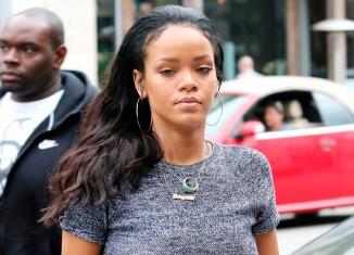 Rihanna con un top gris jaspeado