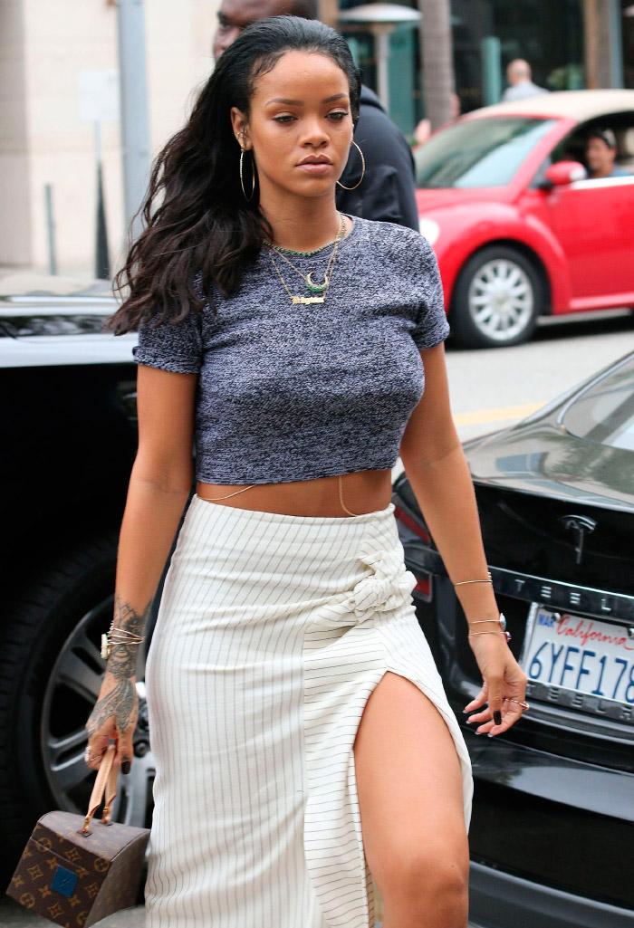 Rihanna con un top gris
