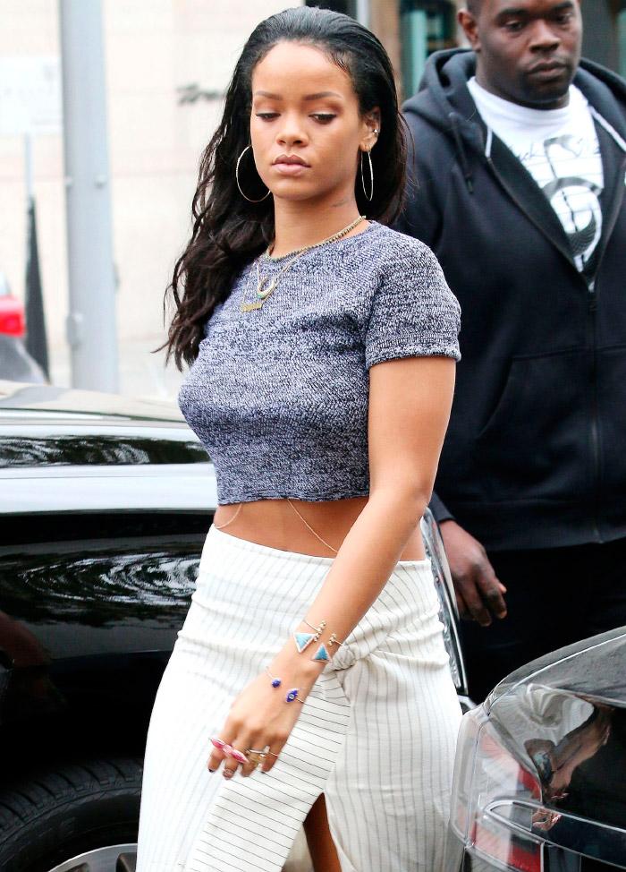 Rihanna con un top jaspeado