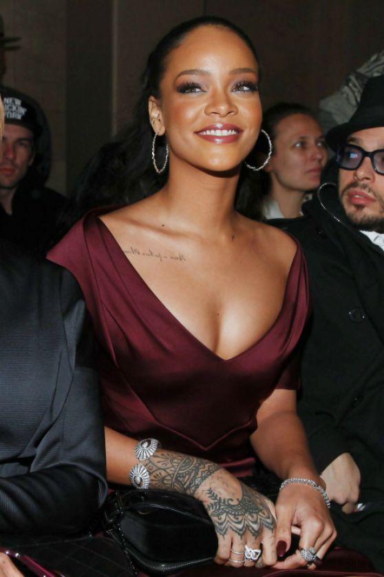 Rihanna en vestido de fiesta color marsala