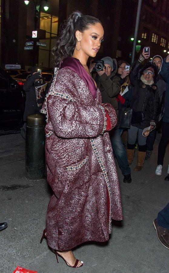 Rihanna sofisticada de fiesta