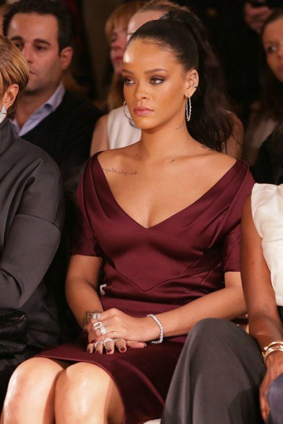 Rihanna sofisticada en vestido de color marsala