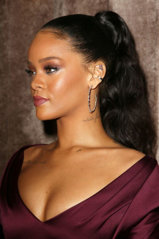 Rihanna sofisticada en vestido de fiesta