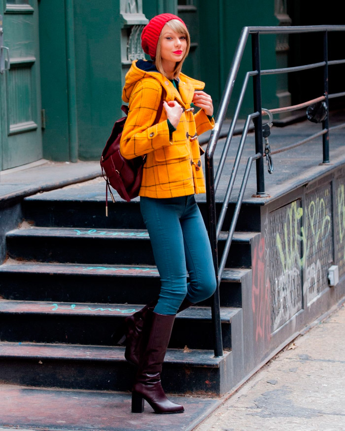 Taylor Swift con colorido outfit