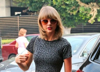 Taylor Swift con minivestido con estampado animal print