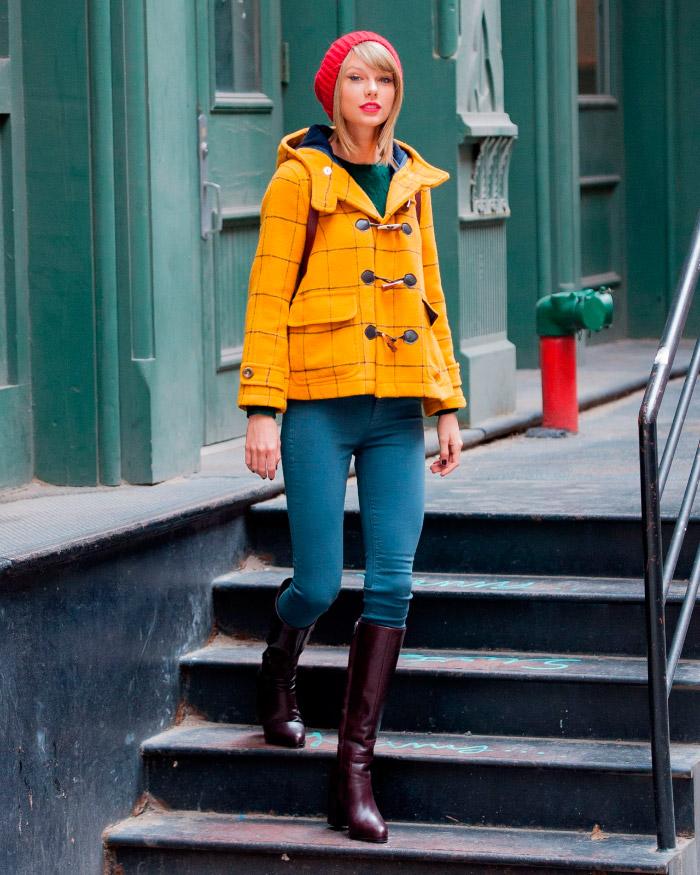 Taylor Swift con un colorido outfit