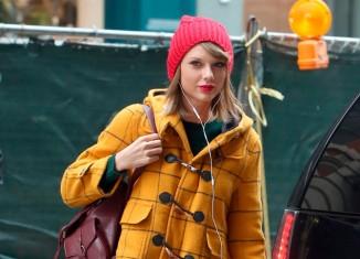 Taylor Swift con un muy colorido outfit