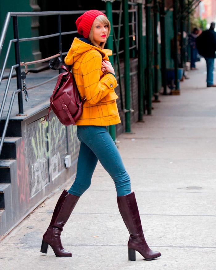 Taylor Swift con un outfit muy colorido