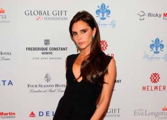 Victoria Beckham con un vestido de su propia firma