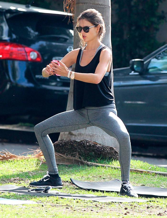 Alessandra Ambrosio practicando yoga con leggins deportivos y camiseta