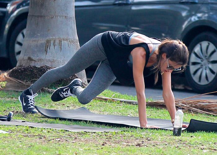 Alessandra Ambrosio practicando yoga con leggins deportivos