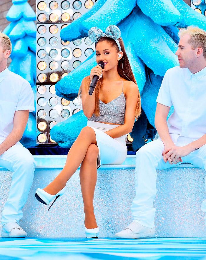 Ariana Grande con orejitas Minnie Mouse