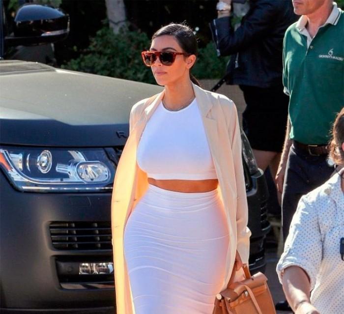 Atrevido conjunto blanco de Kim Kardashian en Malibú