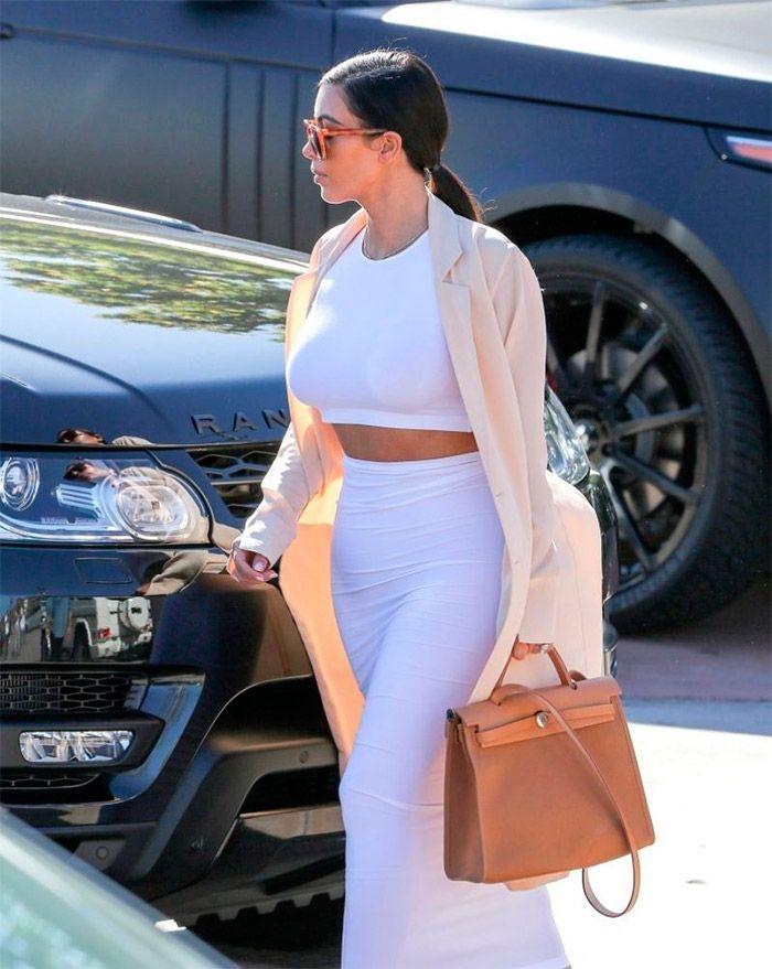Atrevido conjunto de Kim Kardashian en Malibú