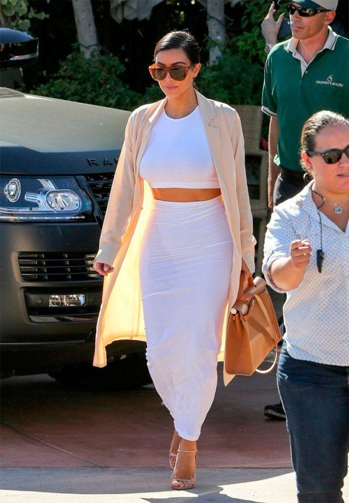 Conjunto blanco de Kim Kardashian en Malibú