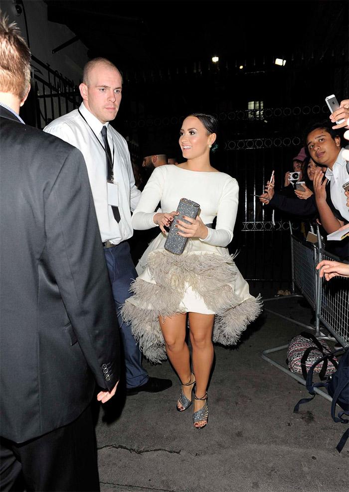 Demi Lovato con plumas