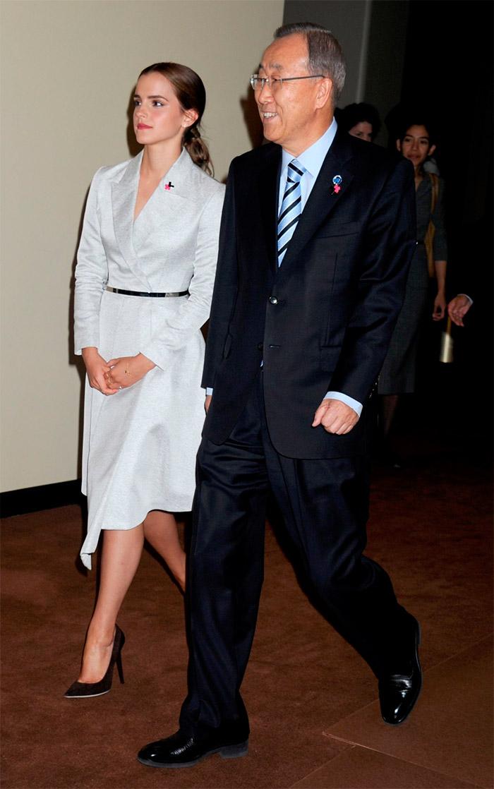 Emma Watson con un vestido blanco cruzado