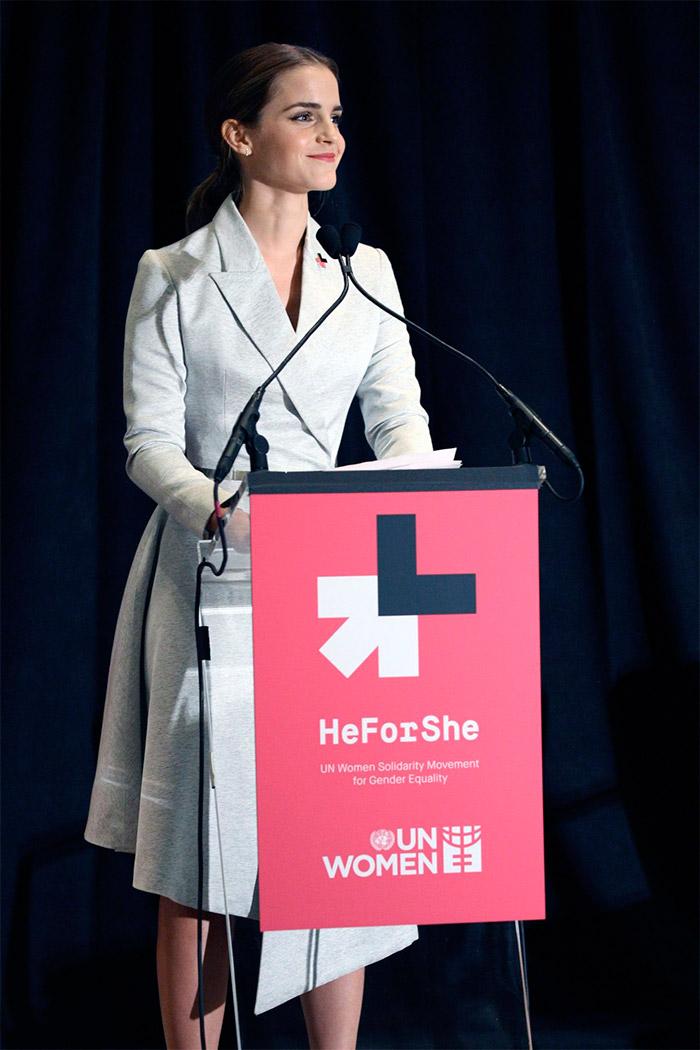 Emma Watson elegante con un vestido blanco