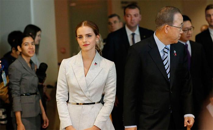 Emma Watson elegante con vestido blanco cruzado