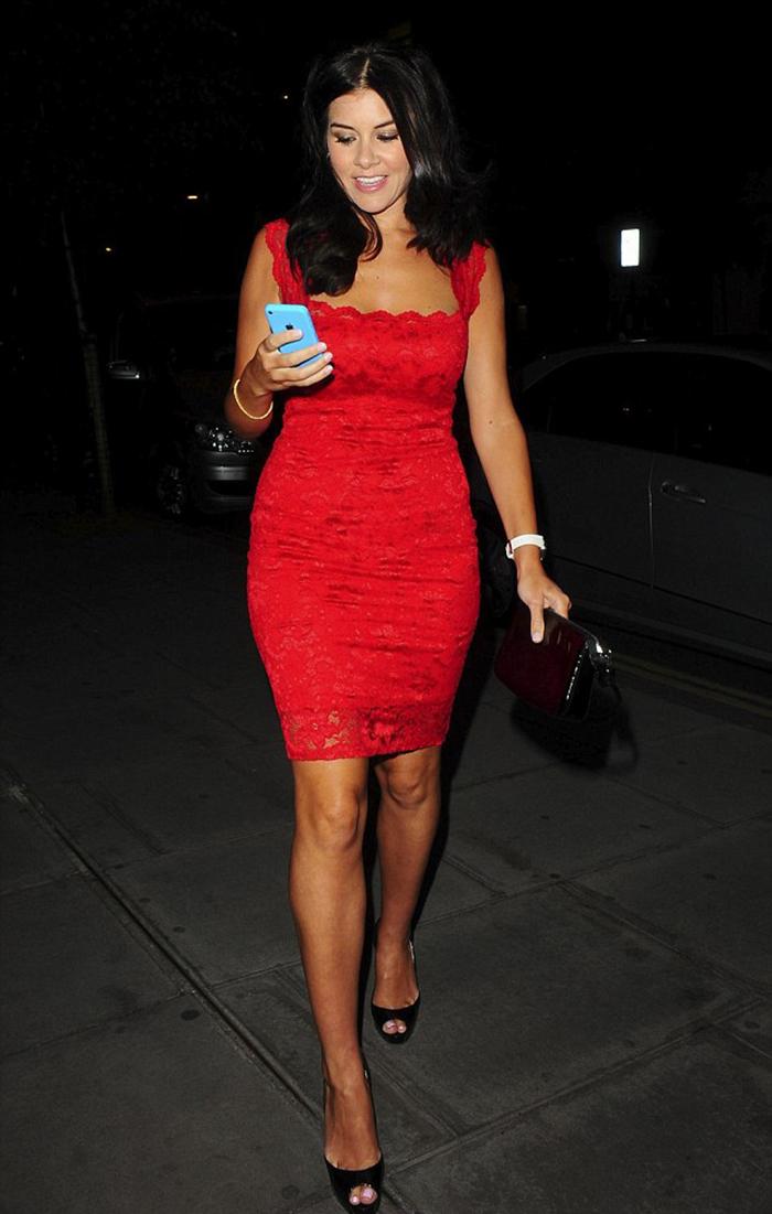 Imogen Thomas en London con su vestido rojo