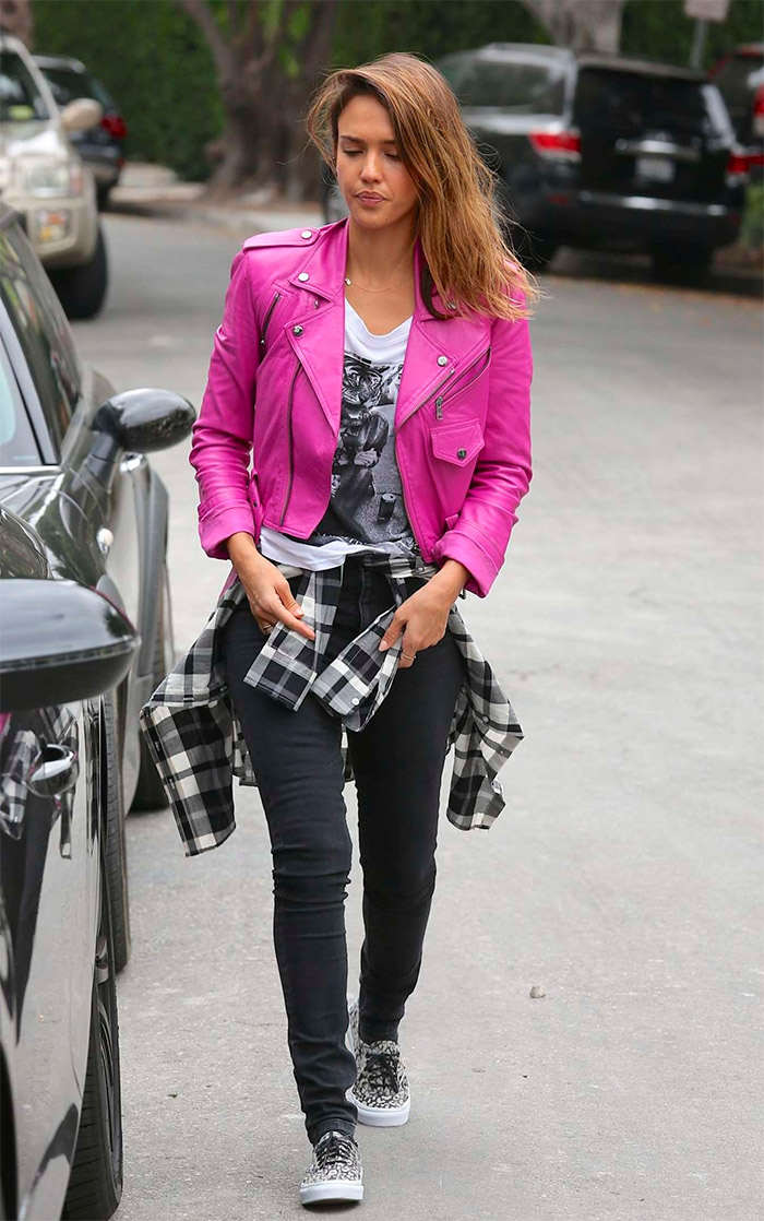 Jessica Alba con un blazer rosa
