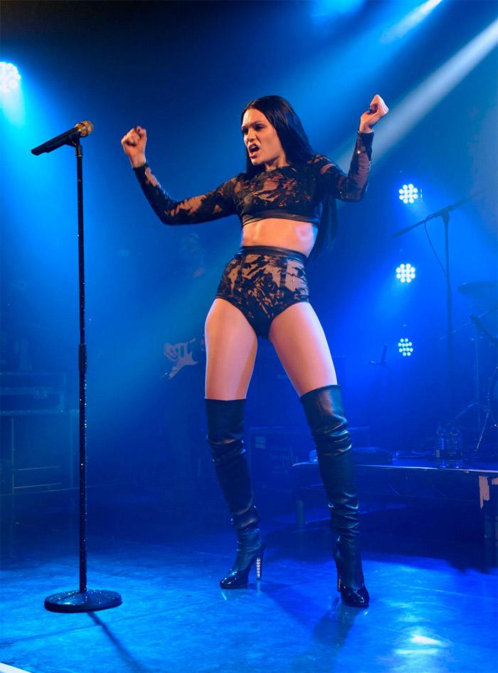 Jessie J con look roquero y extravagante