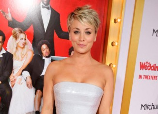 Kaley Cuoco en la premiere de The Wedding Ringer