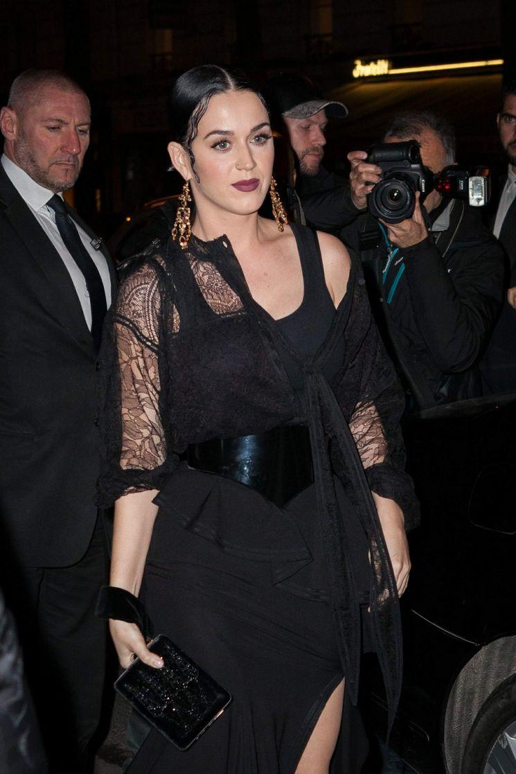 Katy Perry con un look rocker-glam cenando en Paris