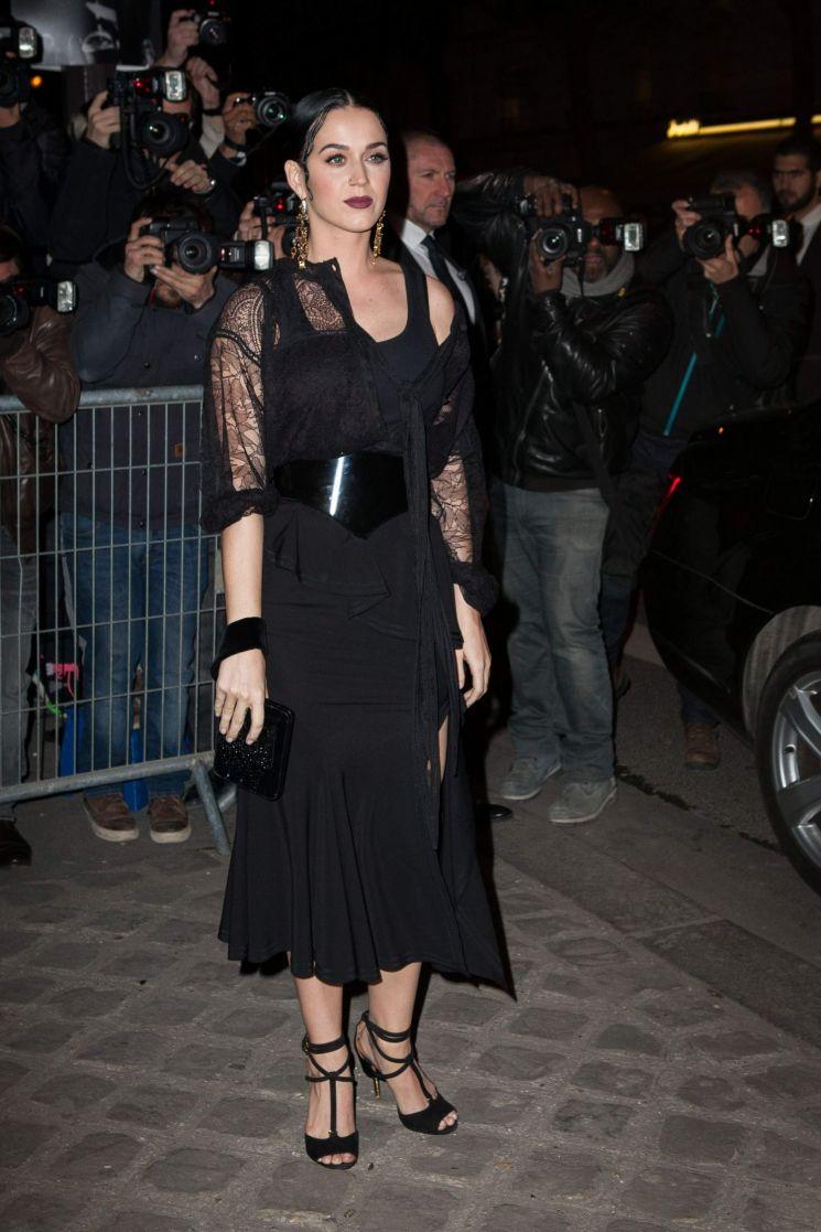 Katy Perry con un look rocker-glam en Paris