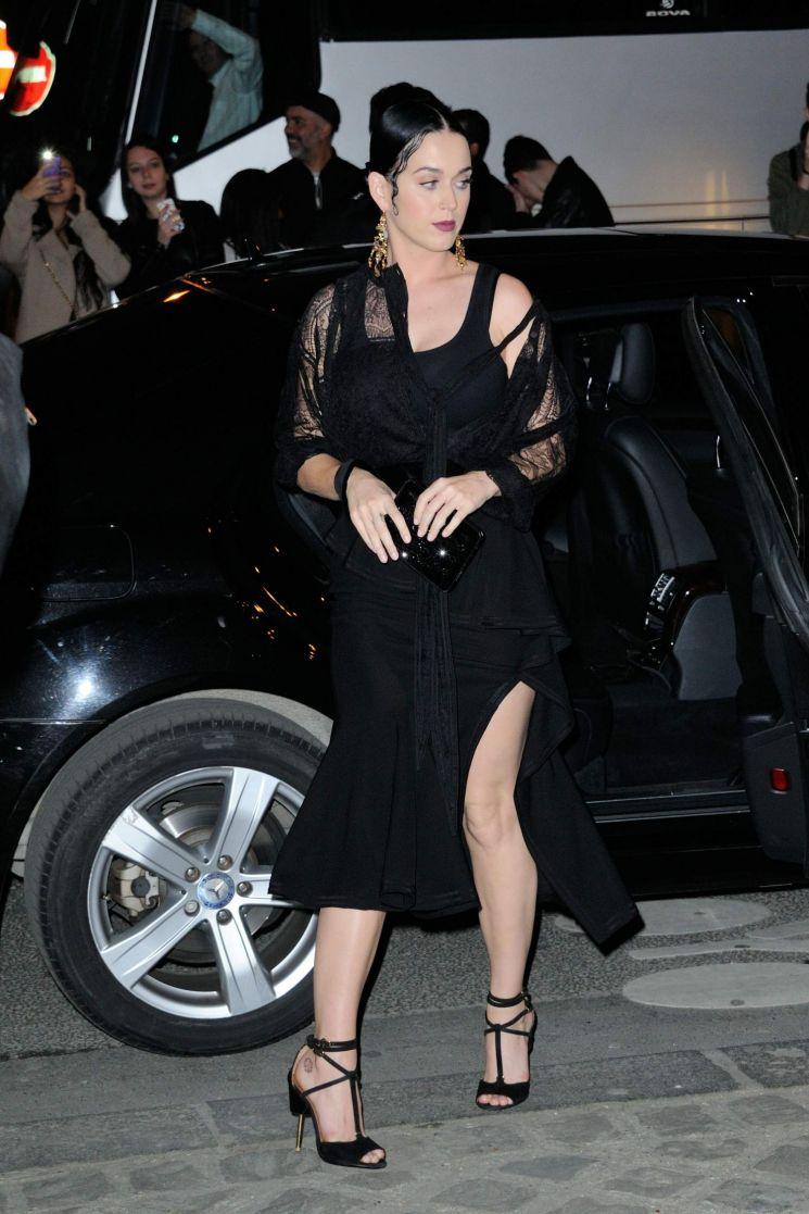 Katy Perry con vestido negro