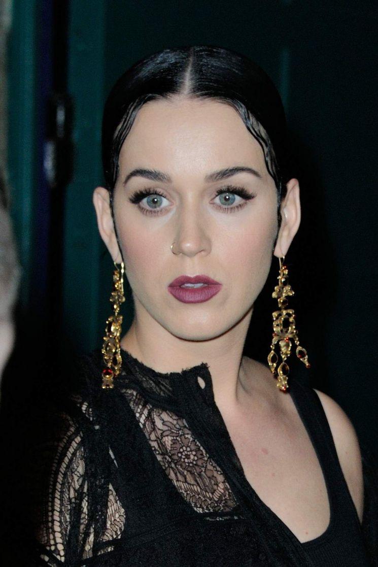 Katy Perry de negro
