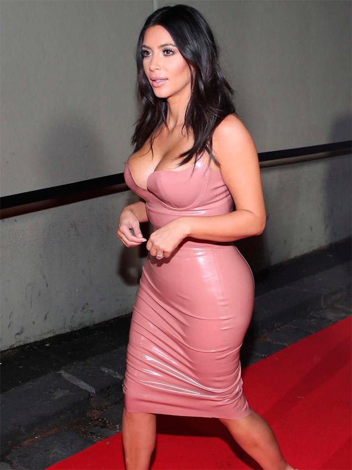 Kim Kardashian con un vestido roja viejo