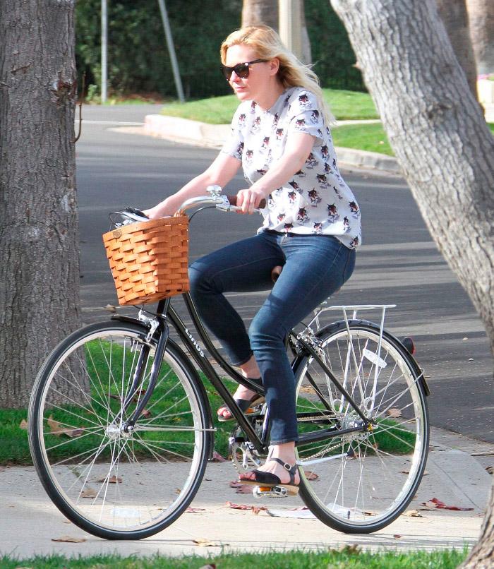 Kirsten Dunst casual paseando en bici
