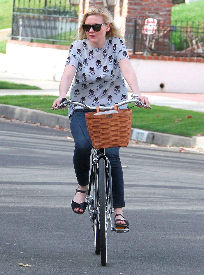 Kirsten Dunst en bici