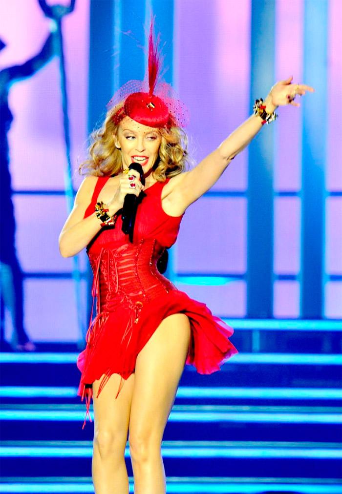 Kylie Minogue con vestido sexy de estilo pin-up