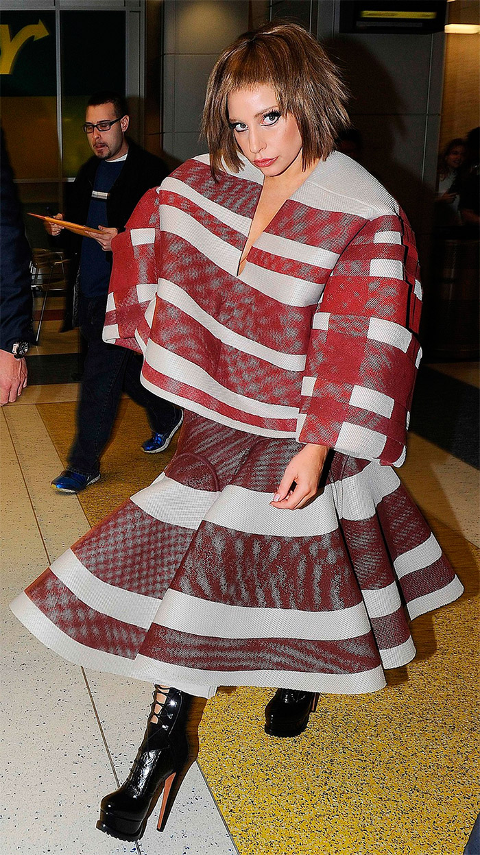 Lady Gaga con un look estampado a rayas