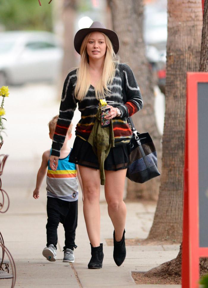 Look con minifalda de Hilary Duff