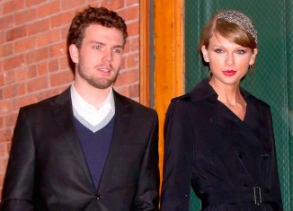 Look invernal total black de Taylor Swift