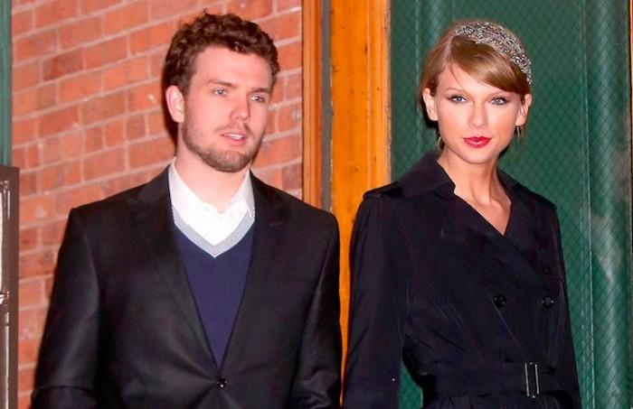 Look invernal total black de Taylor Swift