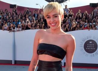 Miley Cyrus sexy en cuero en los premios MTV
