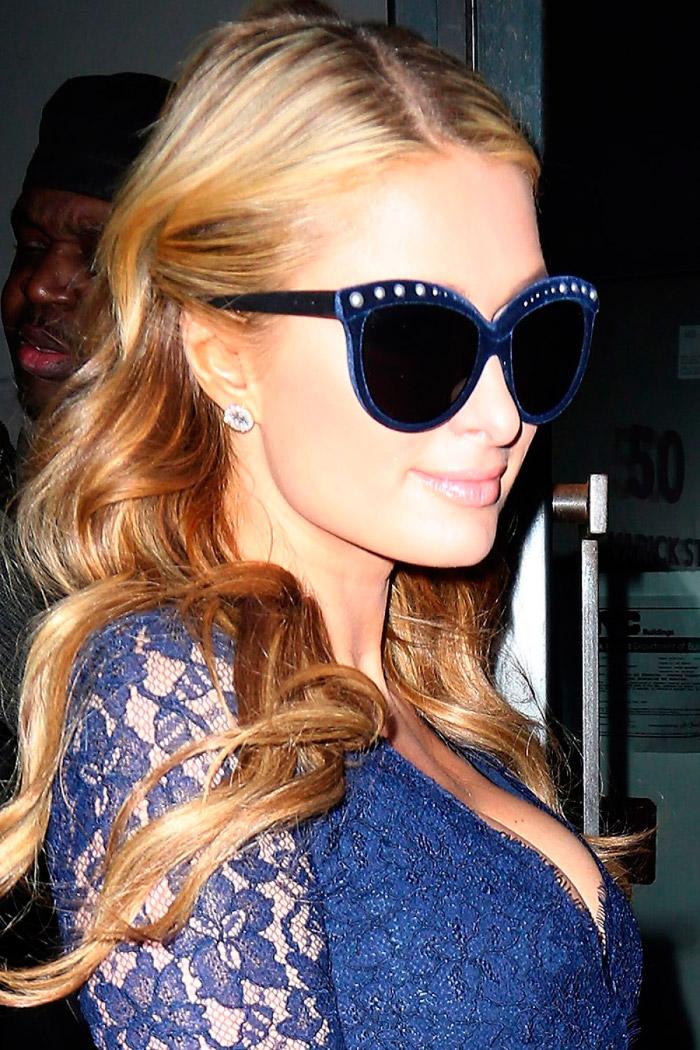Paris Hilton con un revelador vestido azul marino