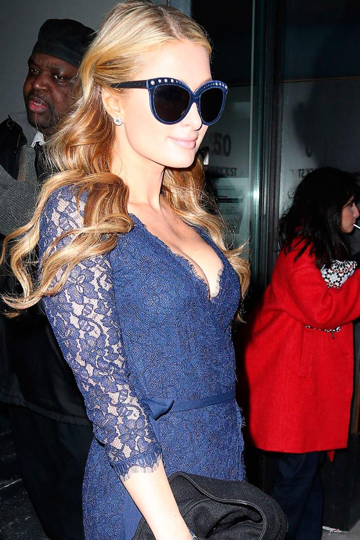 Paris Hilton con un revelador vestido de encaje azul