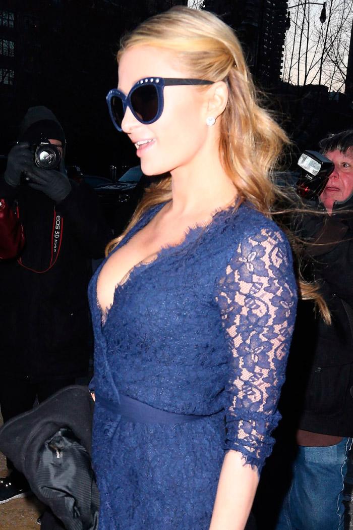 Paris Hilton con un vestido azul marino