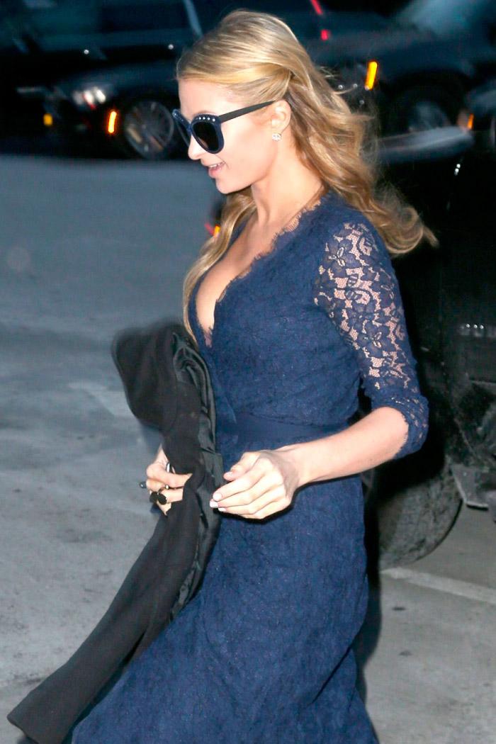 Paris Hilton con un vestido de encaje azul marino