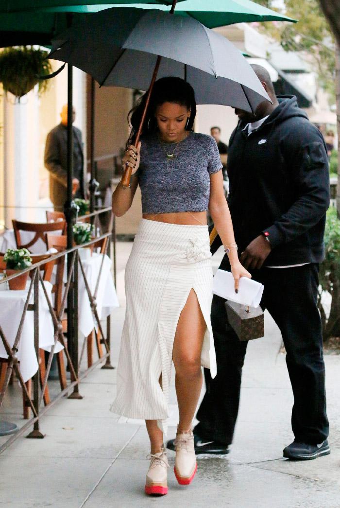 Rihanna con top gris