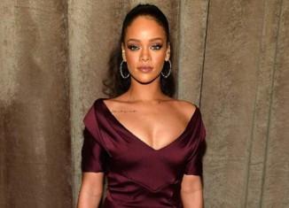 Rihanna sofisticada en vestido de fiesta color marsala